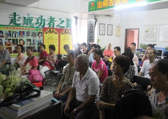 活动开始由北京郭林气功高级气功师刘春荣老师主讲《涌泉按摩